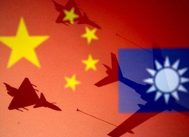Las banderas nacionales de China y Taiwán junto a aviones militares (REUTERS/Dado Ruvic/Ilustración)