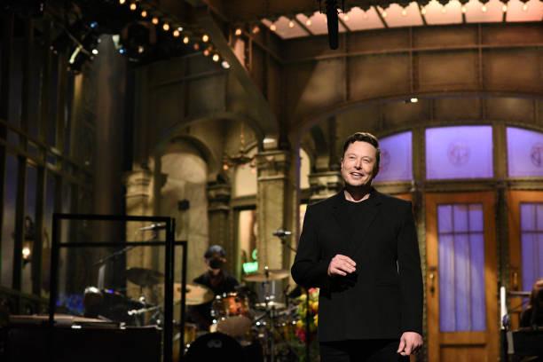 Elon Musk durante su presentación en Saturday Night Live