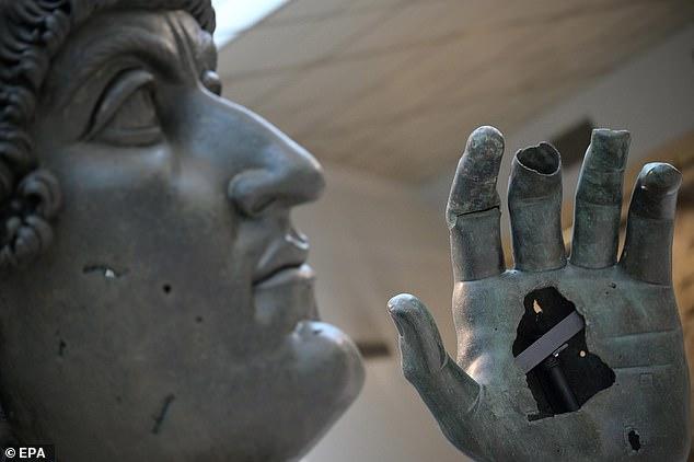 ¡Dale el dedo!  Una estatua gigante de bronce del emperador romano Constantino el Grande (en la foto) se ha reunido con el dedo índice que perdió hace unos 500 años.