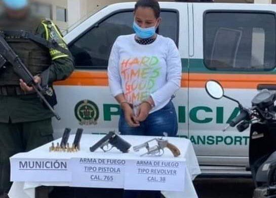 Capturan a sucreña que llevaba dos armas de fuego en el baúl de su motocicleta