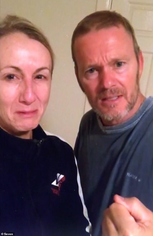 Lágrimas: Craig McLachlan (derecha) afirma que su vida ha sido 'arruinada' en un nuevo adelanto de su entrevista reveladora con Spotlight de Channel 7.  En el video, que se transmitió el lunes, el actor, de 55 años, y su compañera pianista, Vanessa Scammel (izquierda), rompen a llorar.