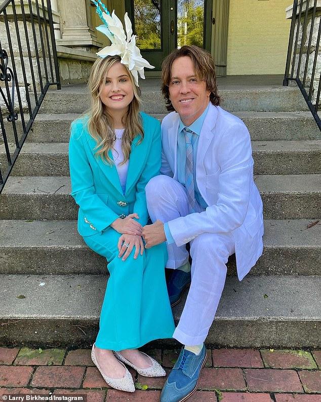 Debut en el Derby: la hija de Anna Nicole Smith, Dannielynn Birkhead, de 14 años, se dirige al Derby de Kentucky con su padre Larry Birkhead, quien bromea con su traje de pantalón verde azulado `` terminó primero ''
