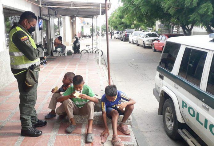 El patrullero Herson Bolívar, le da de comer a los niños que encuentra a su paso.