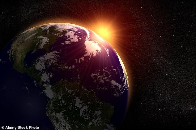 Un estudio de la Universidad Charles en Praga encontró que la región de la atmósfera que se extiende a 40 millas sobre la Tierra se ha reducido en 328 pies por década.