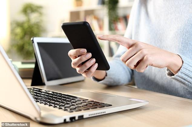 Dos tercios de las adolescentes usan más de una pantalla al mismo tiempo después de la escuela, por la noche y los fines de semana, sugiere la investigación (imagen de stock)