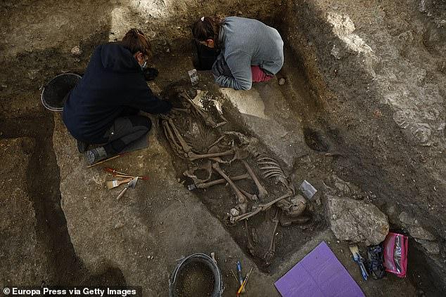 Un equipo interdisciplinar liderado por la Universidad de Granada (UGR) trabaja desde hace unas semanas en la excavación de fosas comunes en el Barranco de Viznar