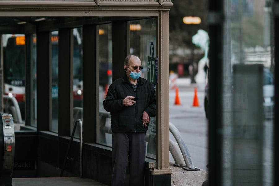 """New York """"no está listo"""" para dejar de usar mascarillas, Cuomo"""