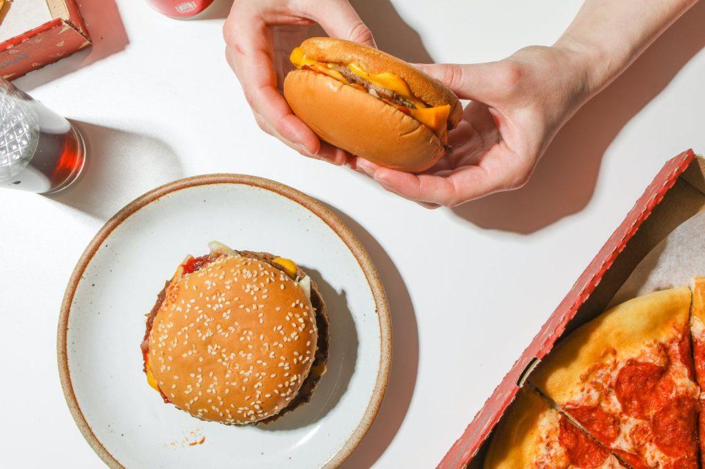 Ofrecen hamburguesas gratis a quienes se vacunen en New York