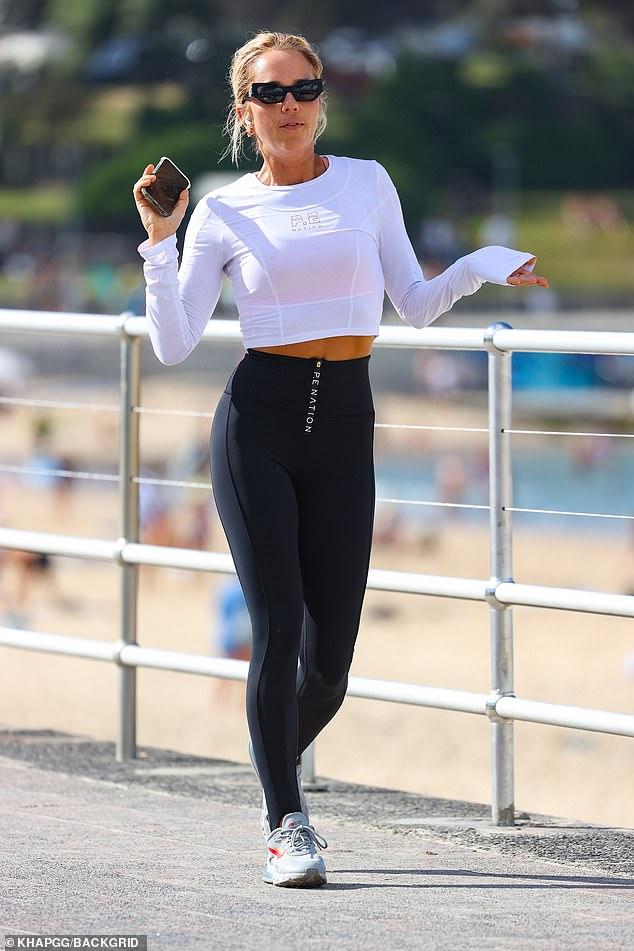 ¡En movimiento!  La diseñadora de ropa deportiva Pip Edwards, de 41 años, salió sola el sábado mientras disfrutaba de un tranquilo paseo por Bondi, días después de que la vieran acercándose al restaurador Cam Northway.