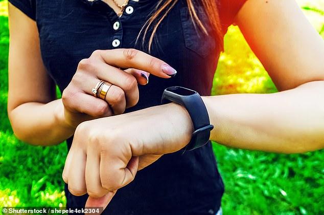 En lugar de los 10,000 pasos que a menudo se recomiendan, caminar solo 4,400 pasos al día puede ser suficiente para protegerse contra enfermedades graves, afirmaron los investigadores.