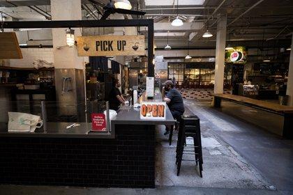 En la imagen, un cliente es atendido en un restaurante de Grand Central Market, en Los Ángeles (EFE/Etienne Laurent/Archivo)