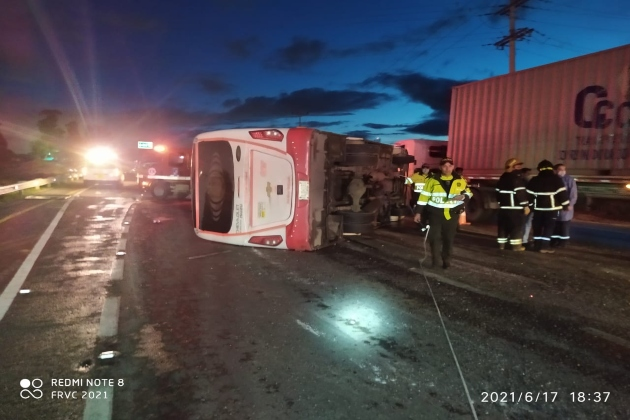 Bus intermunicipal se volcó en la vía Briceño – Bogotá