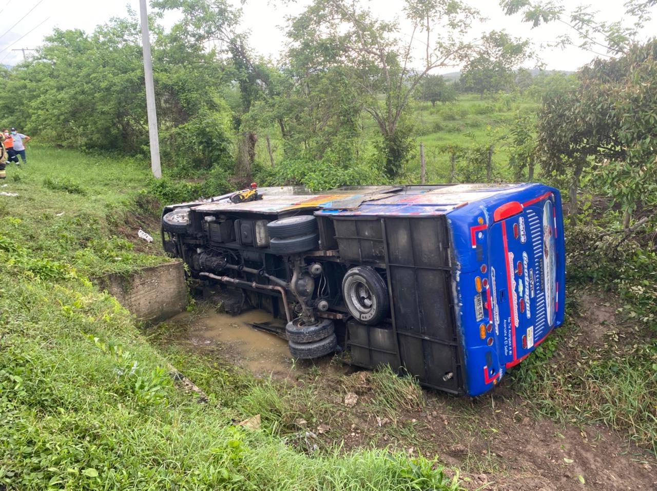 Bus se salió de la vía y se volcó entre Sabanalarga y Luruaco: 21 heridos