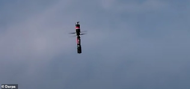 La Agencia de Proyectos de Investigación Avanzada de Defensa (DARPA) probó recientemente un interceptor de drones que dispara fibras similares a hilos a un dron para desactivarlo, en lugar de volarlo del cielo con explosivos.