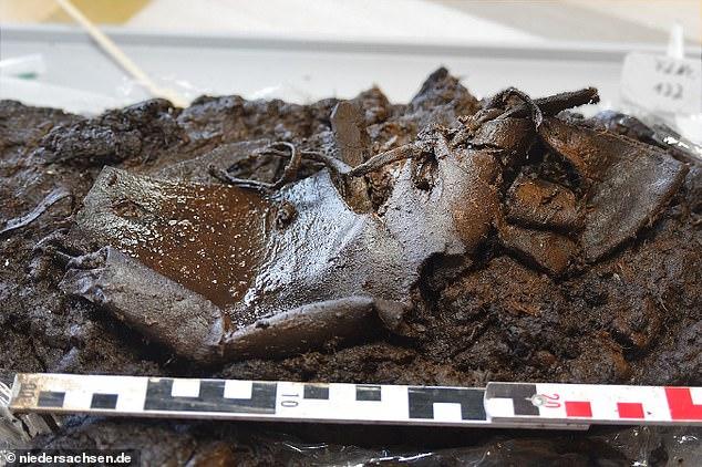 Un zapato de cuero que se perdió en un pantano hace 2.000 años fue encontrado por arqueólogos que creen que pudo haberse resbalado del pie del propietario cuando accidentalmente pisó el barro.