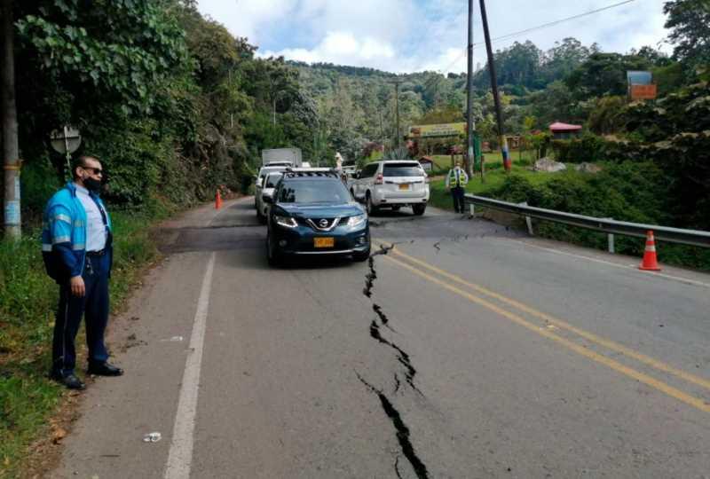 Se abrió una grieta en la vía a Buenaventura, por falla geológica