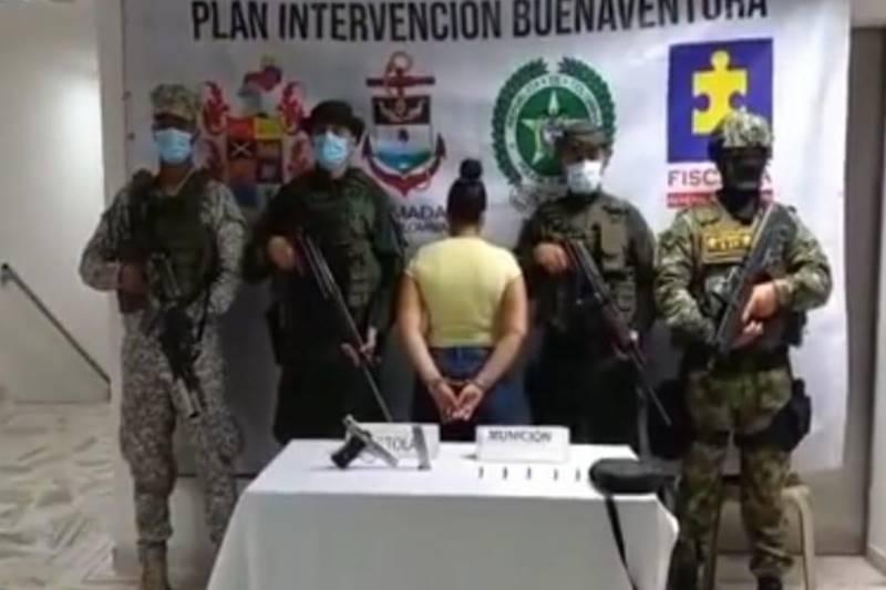 Mujer capturada con un arma de las Fuerzas Armadas en Buenaventura
