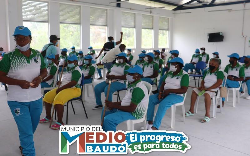 Adultos mayores de los Centros Vida del municipio del Medio Baudó, recibieron dotación de uniformes en medio de jornada recreativa.