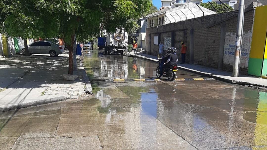 Algunos barrios de Santa Marta 'nadan' entre aguas residuales