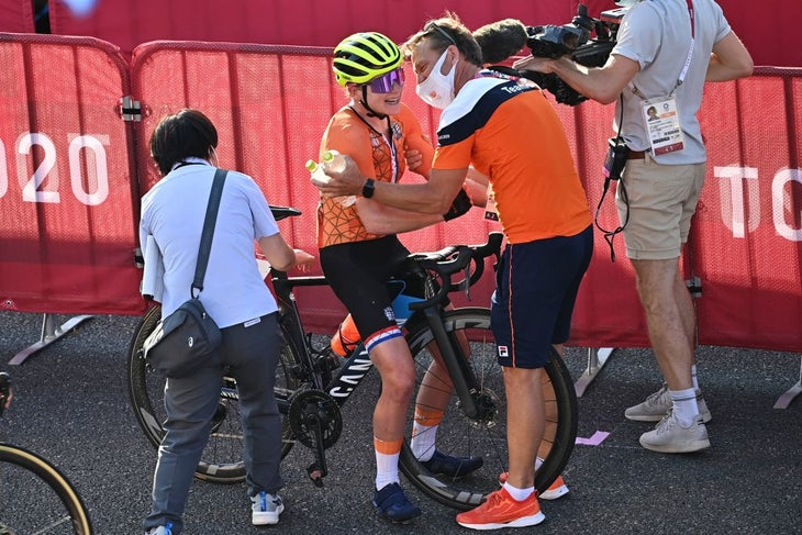 Annemiek van Vleuten se deshace por un mal funcionamiento de la comunicación en la carrera olímpica en ruta