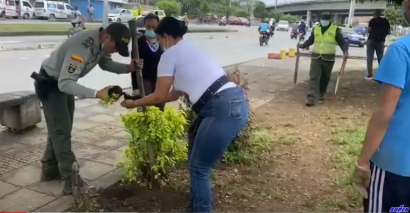 Día de limpieza en el Puente de los Mil Días entre la comunidad y la policía