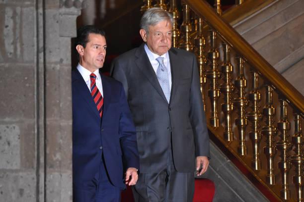 Enrique Peña Nieto y Andrés Manuel López Obrador durante la transmisión de mando en México. El segundo fue espiado por NSO Group, posiblemente, por órdenes del primero