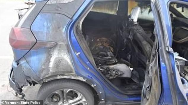 General Motors (GM) advierte a los propietarios de algunos vehículos eléctricos Chevrolet Bolt más antiguos que no estacionen sus vehículos en el interior o los mantengan cargados durante la noche debido al riesgo de incendio.  La solicitud se produce después de que dos Bolts que recibieron reparaciones de retiro se incendiaran, uno en Vermont (en la foto) y el otro en Nueva Jersey.