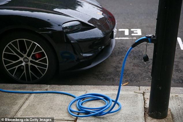Aumentar la adopción de vehículos eléctricos y una generación más rápida de energía renovable podría llevar a Hawái a reducir el consumo de combustibles fósiles y las emisiones de dióxido de carbono en un 99 y 93 por ciento para el año 2050