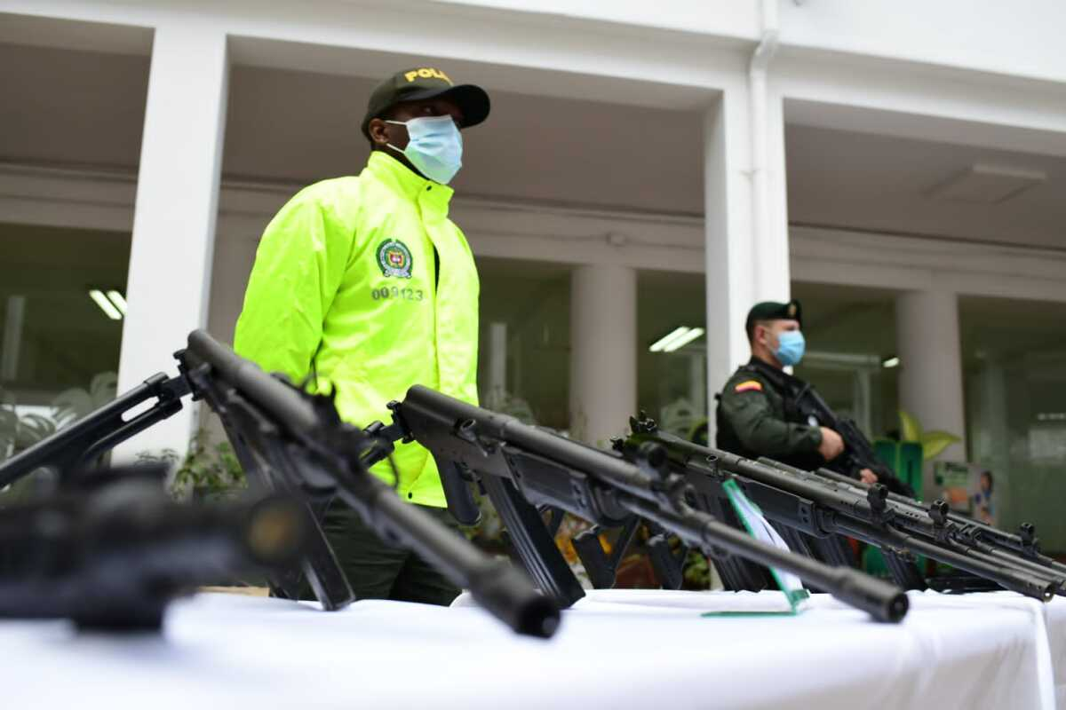 Incautan arsenal del Clan del Golfo en Medellín: había fusiles, lanzagranadas y radios