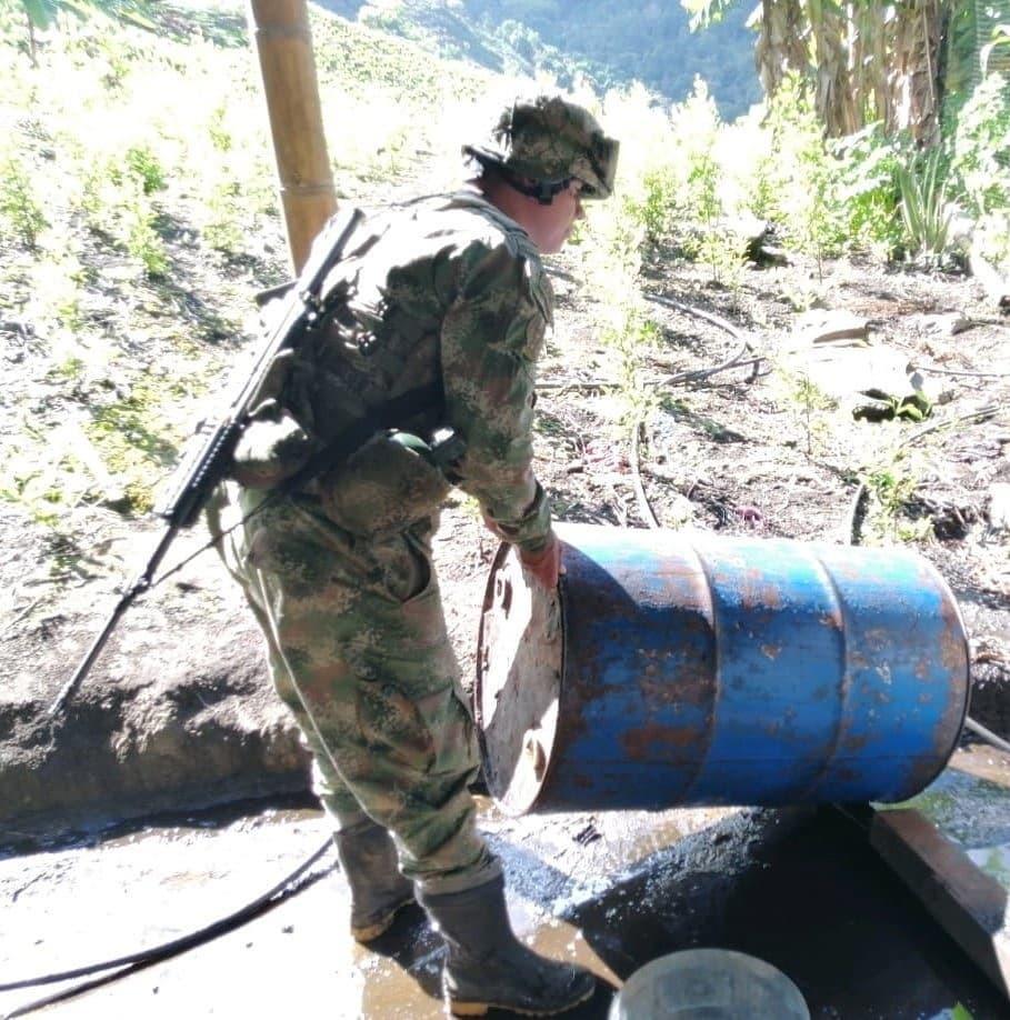 Laboratorio para el procesamiento de cocaína descubierto y destruido por hombres del ejército nacional