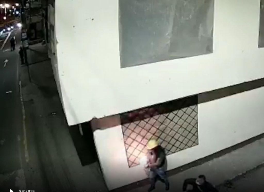 Lanzaron bomba incendiaria contra agente del Esmad