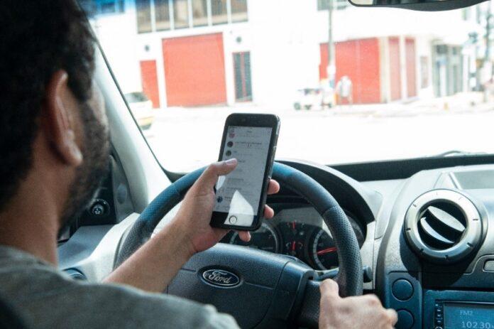 Más de 400 personas sancionadas por usar el celular mientras conducían