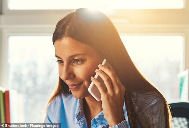 Usar un teléfono móvil por tan solo 17 minutos por día durante 10 años aumenta el riesgo de desarrollar tumores cancerosos hasta en un 60 por ciento, encontró un estudio sorprendente.  Imagen de archivo