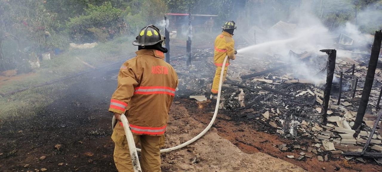 Solidaridad con familia que lo perdió todo, incendio arrasó con su vivienda
