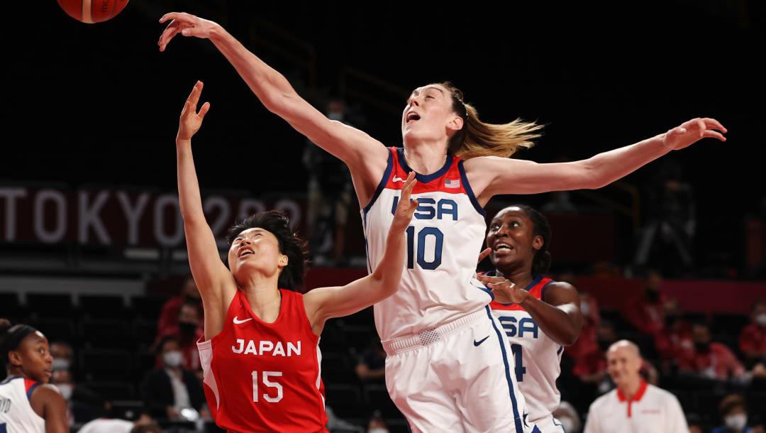 SAITAMA, JAPÓN - 08 DE AGOSTO: Breanna Stewart # 10 del equipo de Estados Unidos y Nako Motohashi # 15 del equipo de Japón compiten por la posesión del balón durante la primera mitad del juego final de baloncesto femenino el día dieciséis de los Juegos Olímpicos de Tokio 2020 en Saitama Super Arena el 8 de agosto de 2021 en Saitama, Japón.  (Foto de Kevin C. Cox / Getty Images)