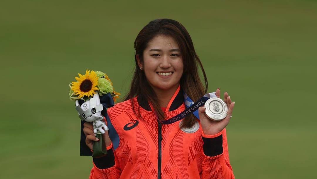 Mone Inami del Team Japan celebra su medalla de plata en los Juegos Olímpicos de Tokio 2020 en el Kasumigaseki Country Club el 7 de agosto de 2021 en Kawagoe, Japón.  (Foto de Mike Ehrmann / Getty Images)