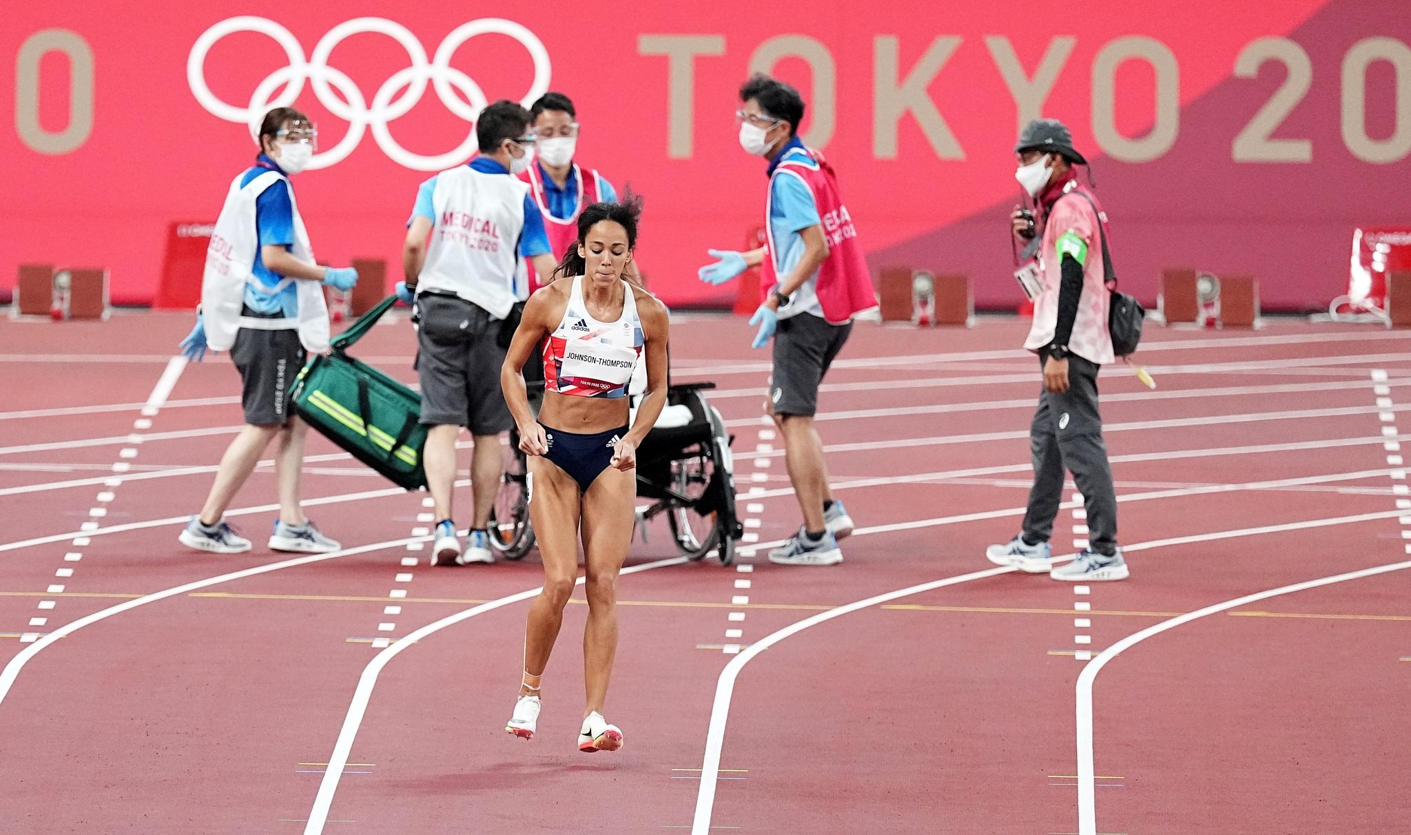 La británica Katarina Johnson-Thompson cojea hacia la línea de meta.