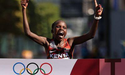 SAPPORO, JAPÓN - 7 DE AGOSTO: Peres Jepchirchir del equipo Kenia celebra mientras cruza la línea de meta para ganar la medalla de oro en la final del maratón femenino el día quince de los Juegos Olímpicos de Tokio 2020 en Sapporo Odori Park el 7 de agosto de 2021 en Sapporo. Japón.  (Foto de Clive Brunskill / Getty Images)
