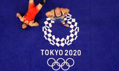 TOKIO, JAPÓN - 7 DE AGOSTO: Abdulrashid Sadulaev del Comité Olímpico Ruso compite contra Kyle Frederick Snyder del Equipo de Estados Unidos durante la Final de 97 kg de estilo libre masculino el día quince de los Juegos Olímpicos de Tokio 2020 en Makuhari Messe Hall el 7 de agosto de 2021 en Tokio, Japón .  (Foto de Naomi Baker / Getty Images)