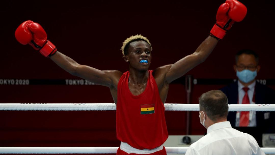 TOKIO, JAPÓN - 1 DE AGOSTO: Samuel Takyi (rojo) del Equipo Ghana celebra la victoria sobre Ceiber David Avila Segura del Equipo Colombia durante los cuartos de final de Pluma Masculina (52-57 kg) el día nueve de los Juegos Olímpicos de Tokio 2020 en el Kokugikan Arena en agosto 01, 2021 en Tokio, Japón.  (Foto de Buda Mendes / Getty Images)
