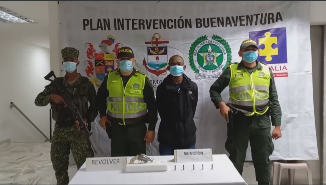 Policía Buenaventura capturó a un hombre con presunto cargamento y municiones