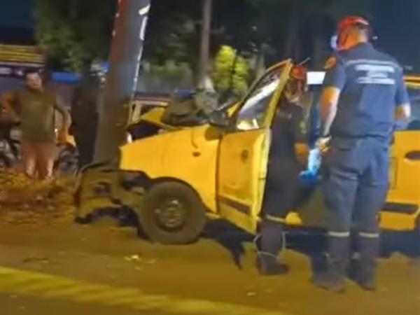 Resultado fatal: en Cali, un taxista chocó con un poste y murió