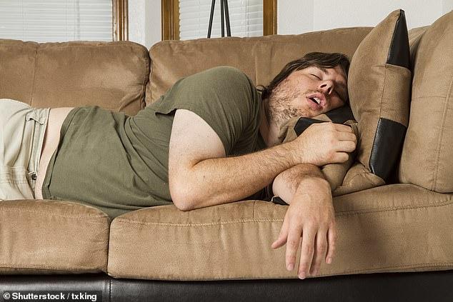 Un estudio ha determinado que tomar una siesta de 30 minutos durante la mitad del día no compensará el hecho de no dormir bien por la noche.  En la foto: un hombre duerme la siesta (imagen de stock)