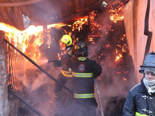 10 lesionados y siete viviendas destruidas deja incendio en Pasto: llamas alcanzaron hasta 80 metros de altura - Noticias de Colombia