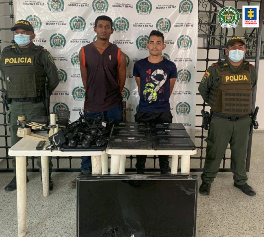 A la cárcel presuntos responsables del hurto de nueve computadores y otros elementos electrónicos en una institución educativa de Pueblo Bello (Cesar) - Noticias de Colombia