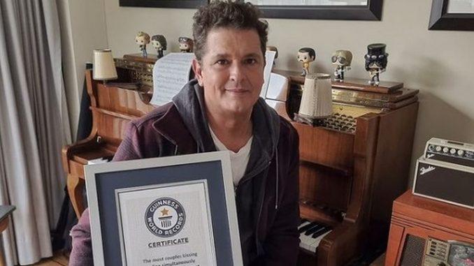 Carlos Vives es reconocido por Guinness World Records tras convocar a la mayor cantidad de parejas besándose - Noticias de Colombia