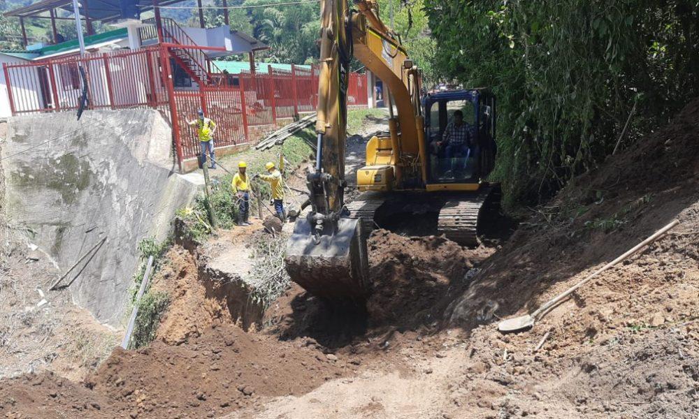 Con maquinaria amarilla siguen atendiendo puntos críticos por derrumbes