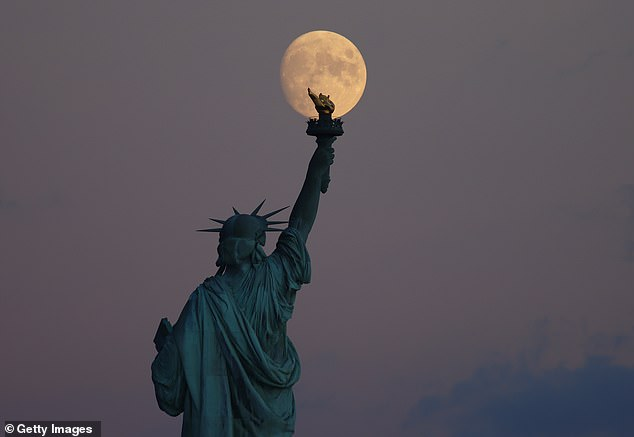 Esta es la luna llena más cercana al equinoccio de otoño, que cae el 22 de septiembre, que es el momento en que el sol parece cruzar el ecuador celeste.  Aquí se puede ver el 95% de la luna creciente creciente detrás de Lady Liberty