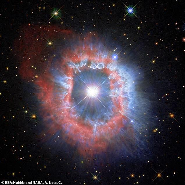 El polvo (visto en azul) se formó de tal manera que probablemente fue moldeado por vientos estelares.