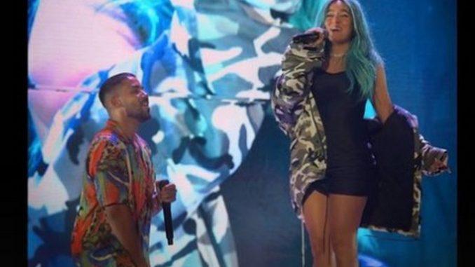 """Karol G se unió a Romeo Santos en pleno concierto para cantar """"Obsesión"""" - Noticias de Colombia"""